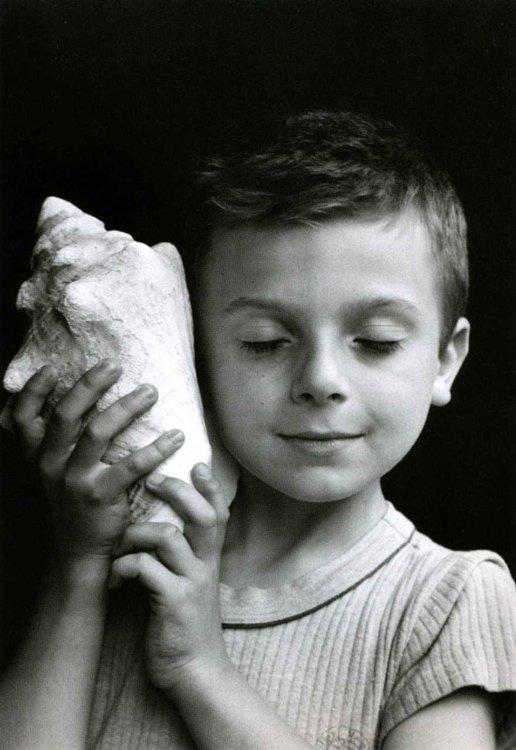 Edouard Boubat - Rémi ecoutant la mer, Paris 1995 - Squal-Photographie
