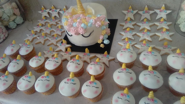μπουφέ βάπτισης κουλουράκια και cup cakes με ζαχαρόπαστα μονόκερος, Ζαχαροπλαστειο καλαματα madame charlotte, birthday baptism unicorn theme cakes and cookies kalamata