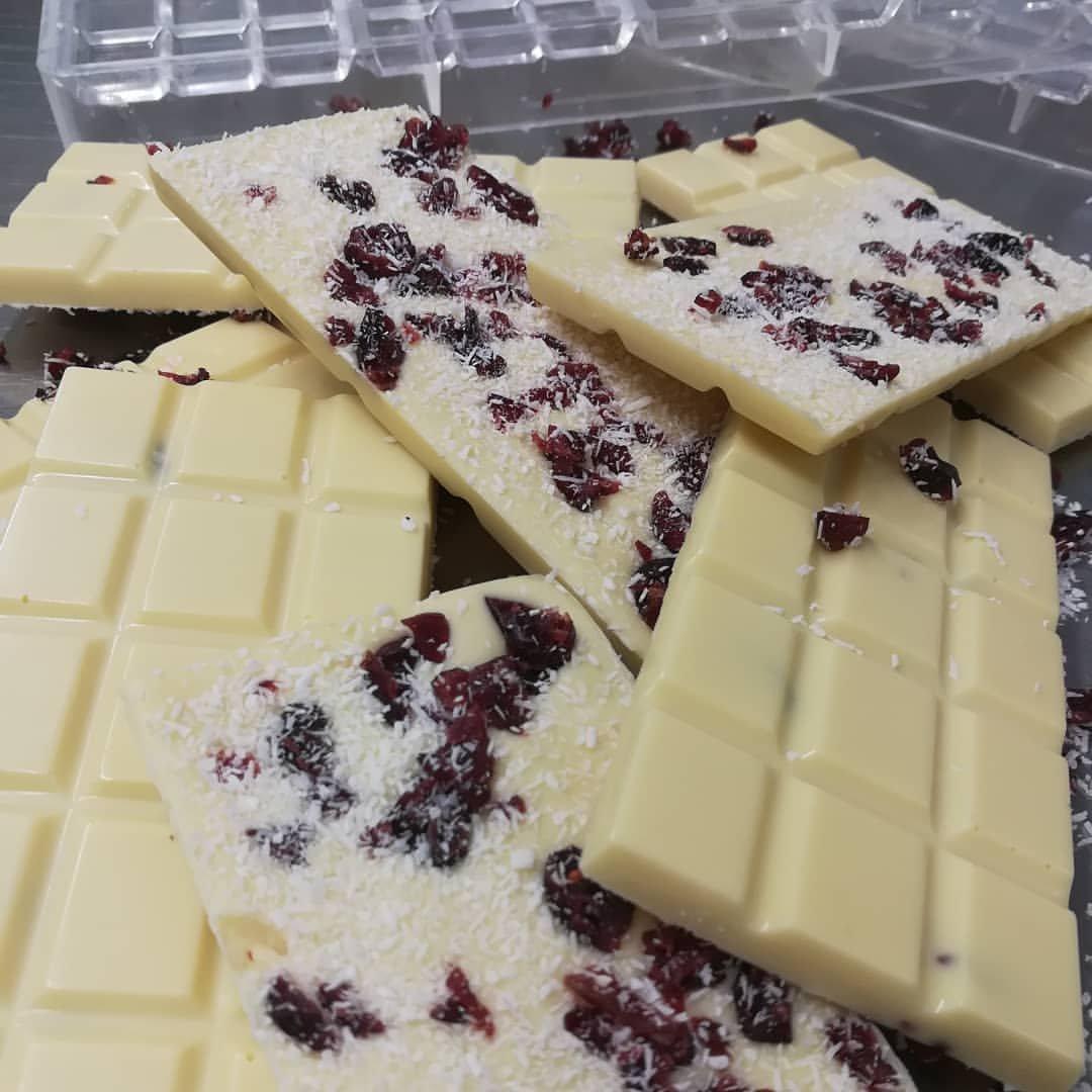 λευκή σοκολάτα  με καρύδα και κρανμπερις παραγωγής madame charlotte, Ζαχαροπλαστείο καλαμάτα madame charlotte, σοκολατάκια πάστες γλυκά τούρτες γεννεθλίων γάμου βάπτισης παιδικές θεματικές birthday theme party cake 2d 3d confectionery patisserie kalamata