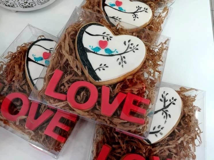 μπισκότα ζαχαρόπαστας καρδια με χειροποίητη ζωγραφιά, Ζαχαροπλαστείο καλαμάτα madame charlotte, σοκολατάκια πάστες γλυκά τούρτες γεννεθλίων γάμου βάπτισης παιδικές θεματικές birthday theme party cake 2d 3d confectionery patisserie kalamata