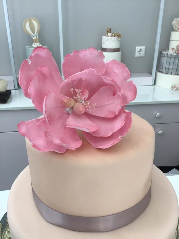 τούρτα γάμου 2οροφη από ζαχαρόπαστα με λουλούδια ζαχαρόπαστας, Ζαχαροπλαστειο καλαματα madame charlotte, wedding cakes kalamata