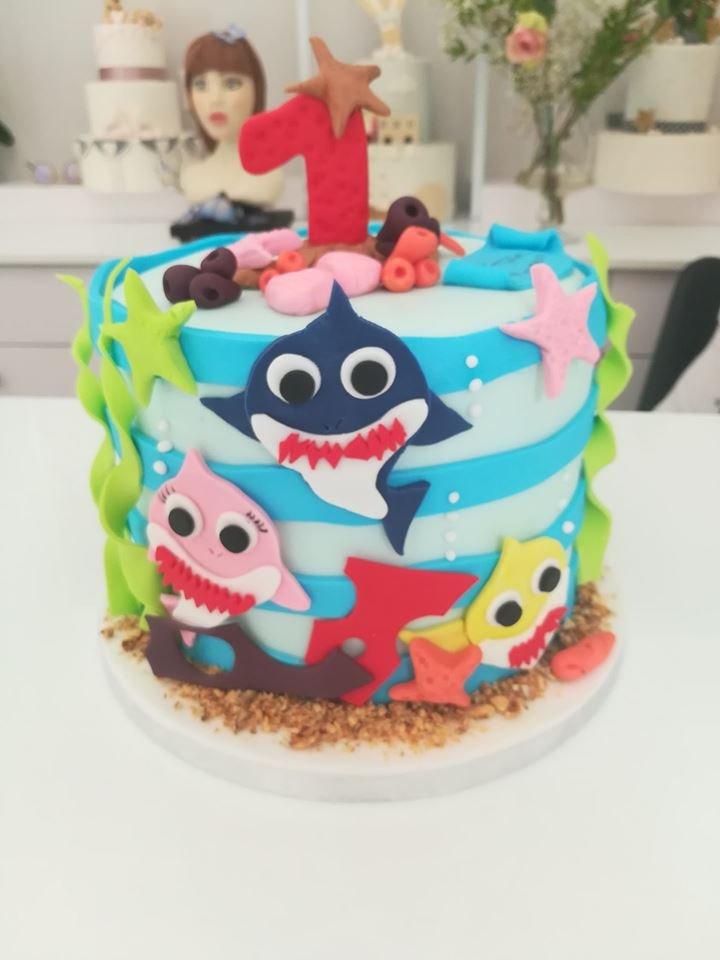 τούρτα από ζαχαρόπαστα baby shark καρχαρίας, Ζαχαροπλαστείο καλαμάτα madame charlotte, τουρτες παρτι παιδικες γενεθλιων για αγόρια για κορίτσια για μεγάλους madamecharlotte.gr birthday cakes patisserie confectionery kalamata
