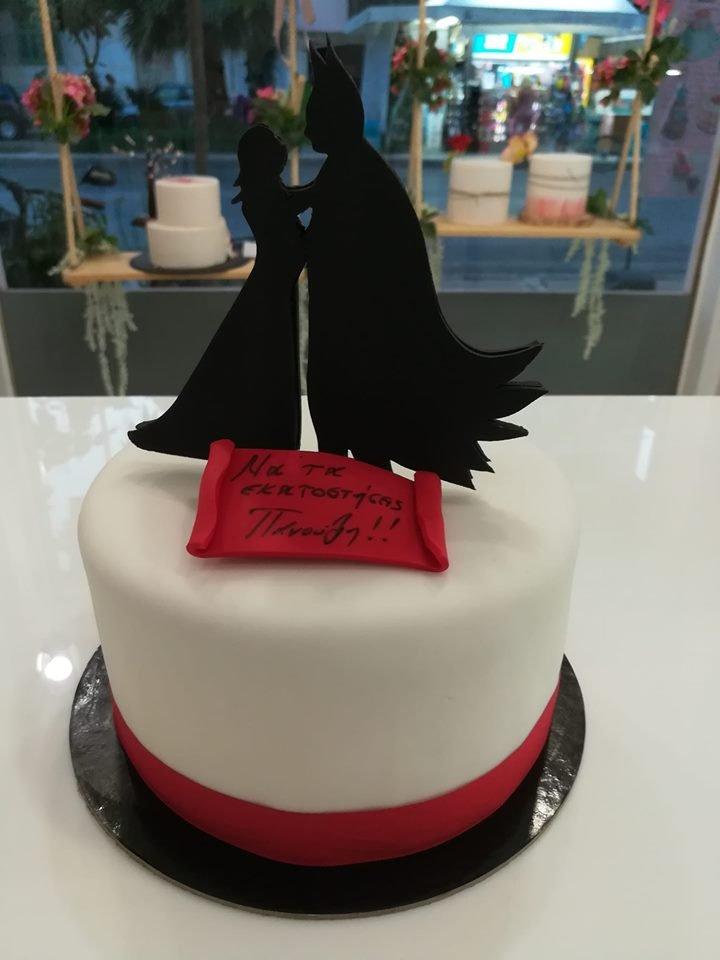 τούρτα από ζαχαρόπαστα batman and bride μπάτμαν και νύφη, Ζαχαροπλαστείο καλαμάτα madame charlotte, τουρτες παρτι παιδικες γενεθλιων για αγόρια για κορίτσια για μεγάλους madamecharlotte.gr birthday cakes patisserie confectionery kalamata