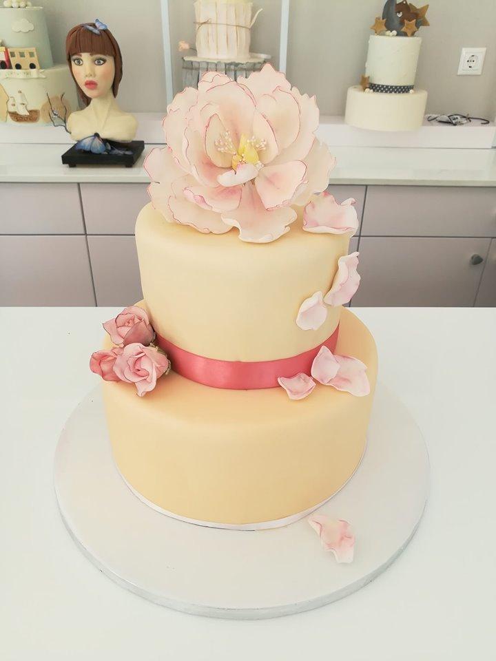 τούρτα γάμου δυοροφη από ζαχαρόπαστα με άνθος λουλούδιου με ζαχαρόπαστα, ζαχαροπλαστεία καλαμάτας madamecharlotte.gr, birthday theme party cakes 2d 3d confectionery patisserie kalamata