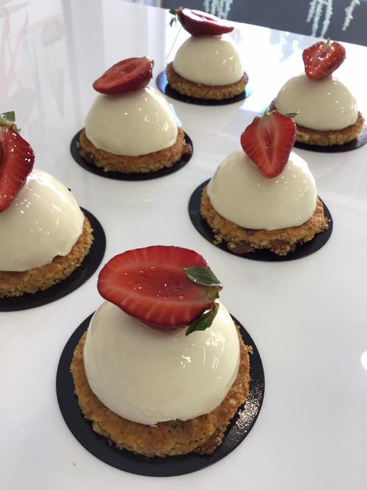 πάστα μους γιαούρτι με βάση από χειροποίητο μπισκότο βρώμης και φρέσκια φράουλα, Ζαχαροπλαστείο καλαμάτα madame charlotte, ζαχαροπλαστείο κοντά μου, confectionery patisserie kalamata