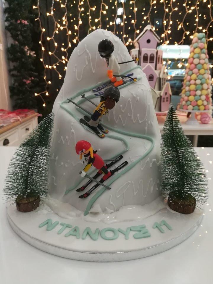 τούρτα από ζαχαρόπαστα σκιέρ στη βουνοπλαγιά playmobil, Ζαχαροπλαστείο καλαμάτα madame charlotte, τουρτες παρτι παιδικες γενεθλιων για αγόρια για κορίτσια για μεγάλους madamecharlotte.gr birthday cakes patisserie confectionery kalamata