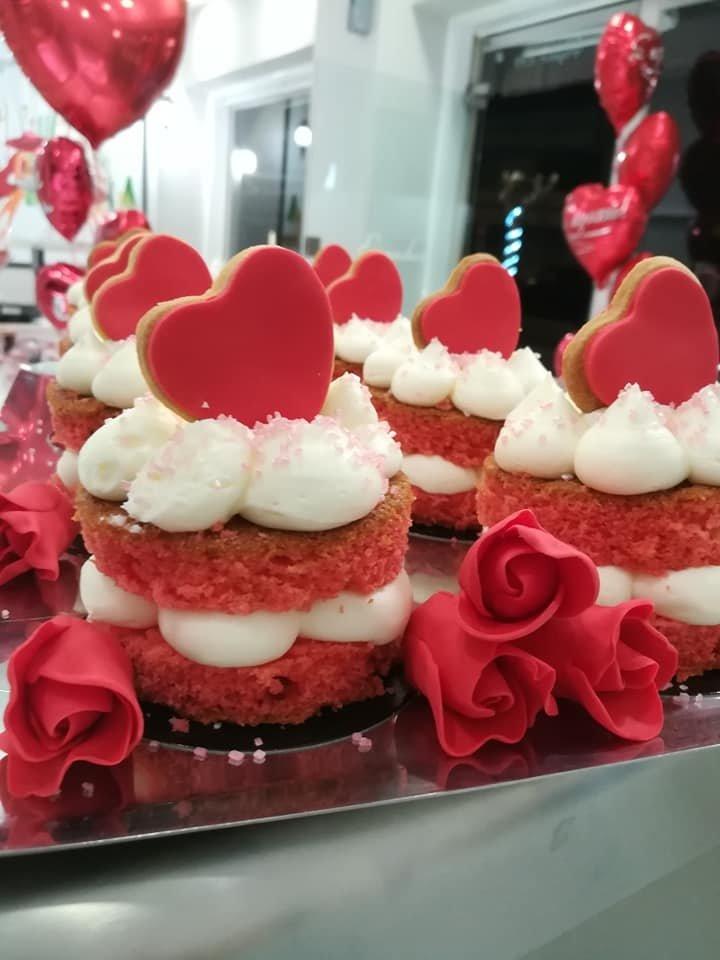 πάστα red velvet for valentine's day καρδια με χειροποίητη valentines day gift, ημερα ερωτευμένων χειροποίητο γλυκό δώρο ημέρας Αγίου Βελαντίνου, Ζαχαροπλαστεία κοντά μου στη καλαμάτα madame charlotte, σοκολατάκια πάστες γλυκά τούρτες γεννεθλίων γάμου βάπτισης παιδικές θεματικές birthday theme party cake 2d 3d confectionery patisserie kalamata