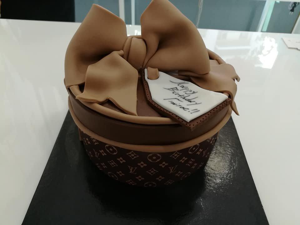 τούρτα από ζαχαρόπαστα κουτί louis vuitton themed cake, Ζαχαροπλαστεία Καλαμάτα madame charlotte, τούρτες για πάρτι παιδικές γενεθλίων για αγόρια για κορίτσια για μεγάλους, birthday themed cakes patisserie confectionery kalamata