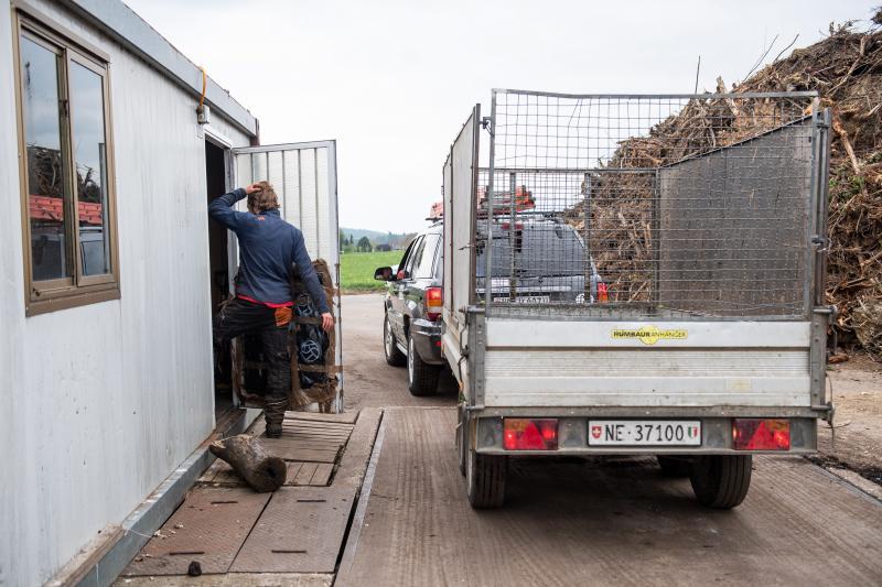 Un chien patiente pendant que sa maîtresse fait le plein de terreau  à la compostière du Val-de-Ruz. lucas vuitel