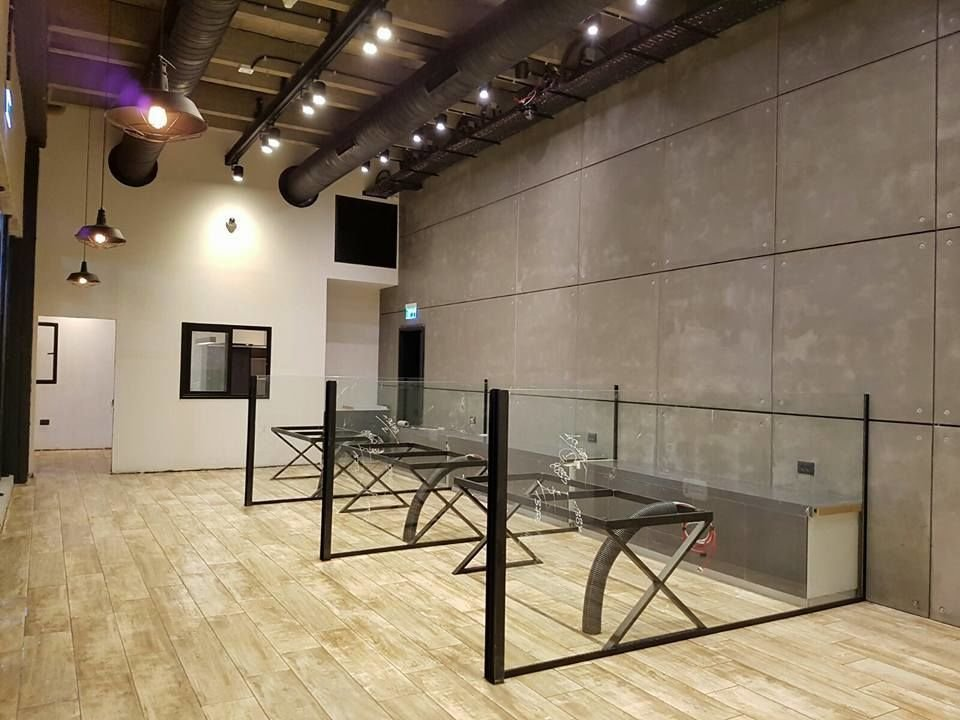 חיפוי דמוי בטון לחדר תצוגה