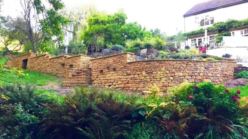 Curved retaining wall with steps