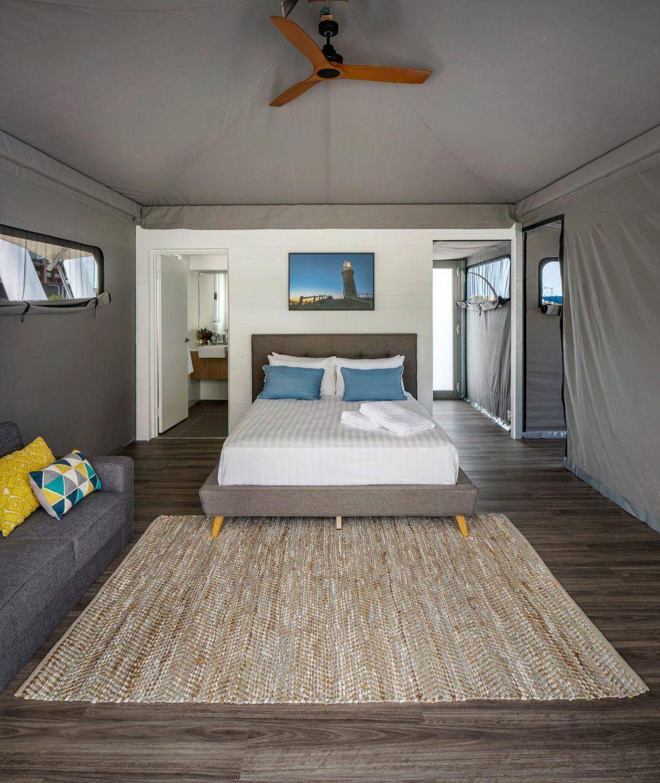 Ces tentes ressemblent beaucoup plus à des chambres d'hôtel de luxe.