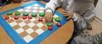 """""""כולם בחוץ""""- ילדה מלמדת משחק שהמציאה"""