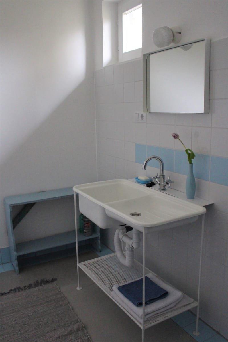 lenti fürdöszoba * Badezimmer mit Dusche unten * bath in the groundfloor