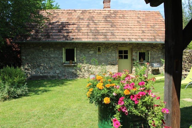 kis köház nyári konyhával * kleines Steinhaus mit Sommerküche