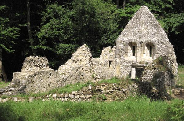 Léproserie médiévale à Saint-Thomas d'Aizier (Eure). Objet d'un programme de fouilles entrepris à partir de 1998, des voies et de zones funéraires attenantes à la chapelle ont été révélées.