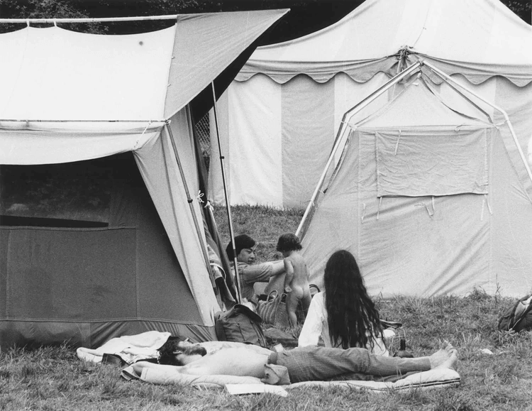 La gente llegaba con sus pequeñas carpas, bolsas de dormir o sin nada de eso a quedarse todo el fin de semana. El ingreso se hizo imposible de controlar. Derribaron las barreras de contención, nadie controlaba las entradas. De facto, Woodstock se convirtió en un evento gratuito. Todos entraban (Granger/Shutterstock)