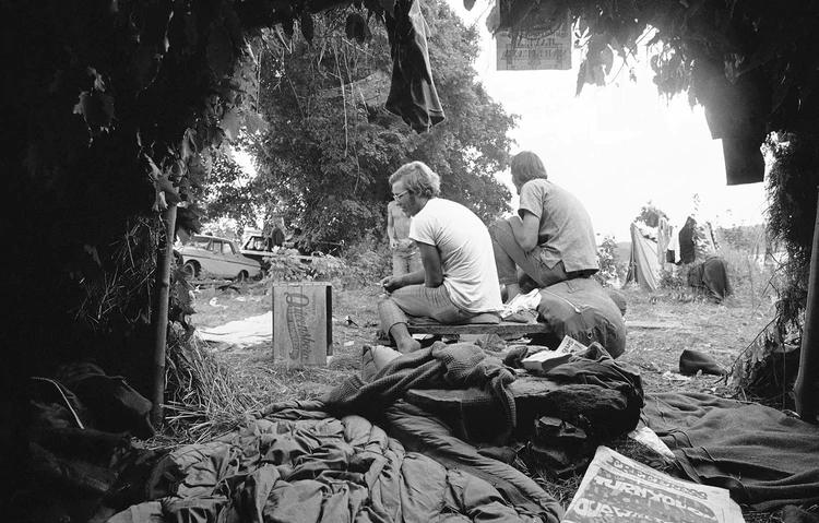 Las cabañas de césped y hojas se usaron como carpas naturales en el Festival de Música y Artes de Woodstock en White Lake en Bethel, Nueva York (Foto AP)