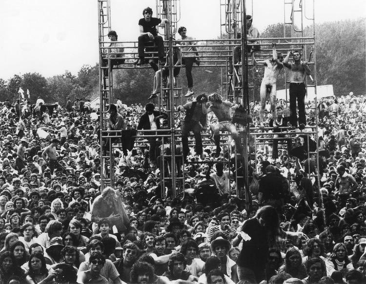"""Las noticias de lo que estaba sucediendo en Woodstock llegaron a todo el país. El New York Times habló de """"Una pesadilla"""" y comparó a los cientos de miles de asistentes con """"lemmings que se dirigen hacia el mar a encontrar su muerte"""" (Granger/Shutterstock)"""
