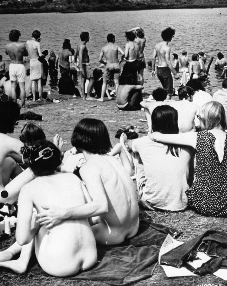 Desnudos y libres, los jóvenes vivieron sus tres días a cielo abierto y rock and roll (Warner Bros/Kobal/Shutterstock)