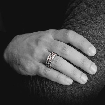 Nhẫn đeo tay làm quà tặng sinh nhật cho chồng