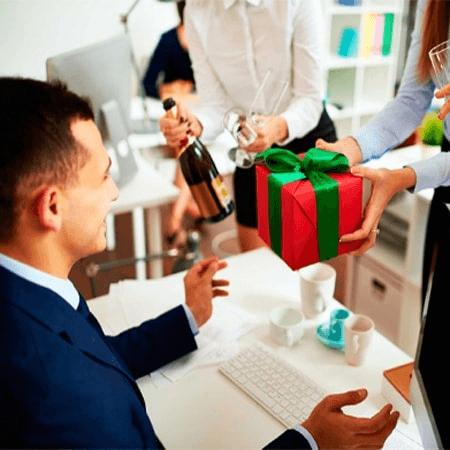 Tặng quà cho đối tác