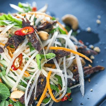 Gỏi khô bò là đặc sản ăn vặt Sài Gòn