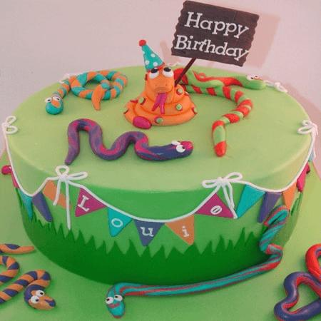 Bánh kem sinh nhật chúc mừng cho người tuổi rắn