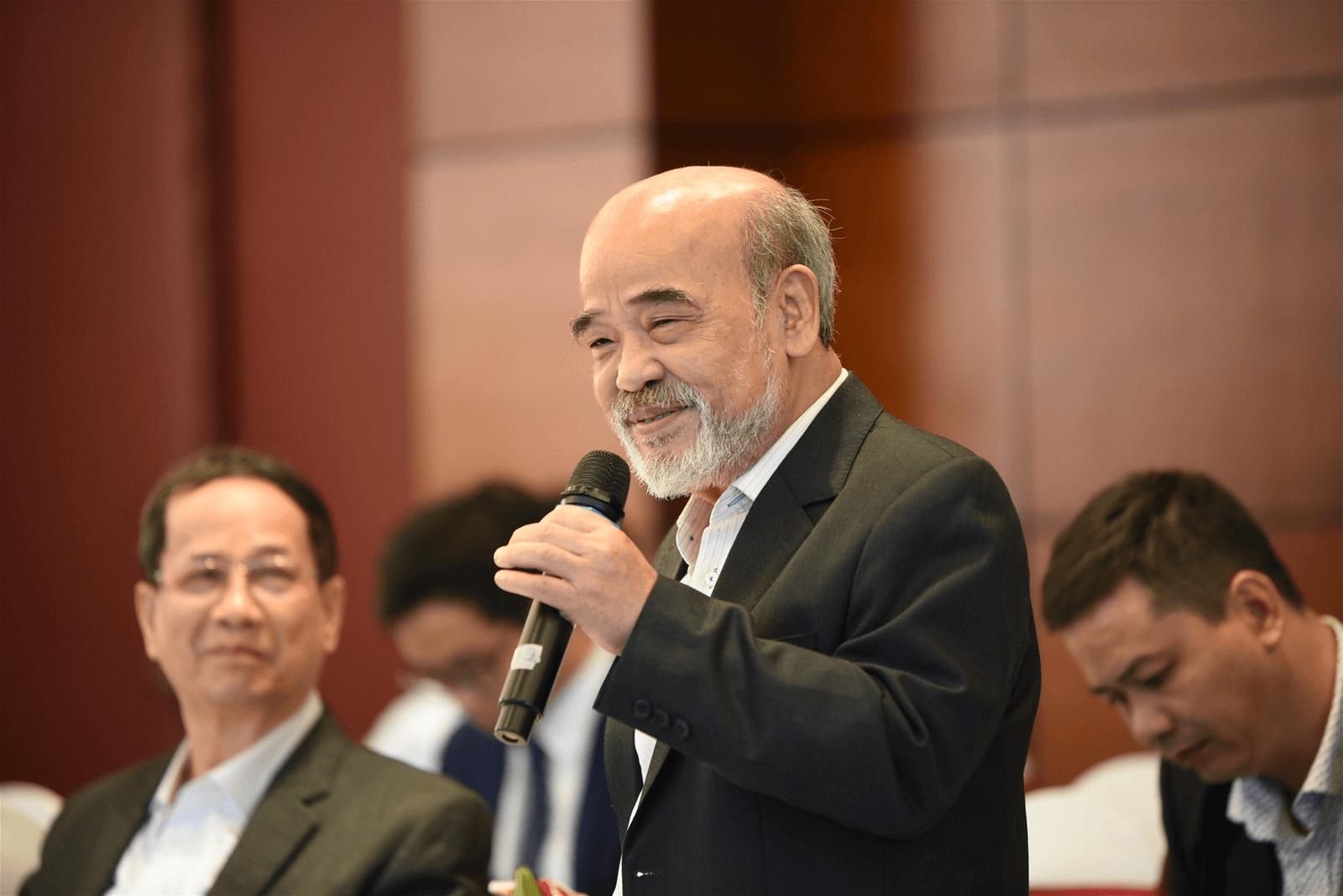 giáo sư Đặng Hùng Võ phát biểu tại một hội thảo về bất động sản nông nghiệp