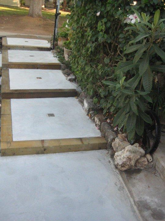 מדרגות מבטון בשילוב עץ גושני