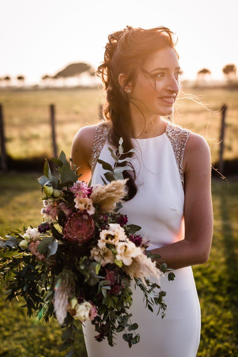 Coiffure mariage boucles et fleur bohème chic