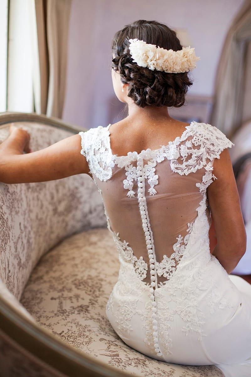 Coiffure mariage chignon bas glamour avec demi couronne de fleur