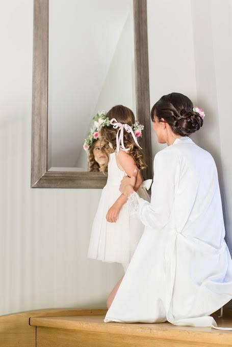 Coiffure mariage chignon bas glamour orné de fleurs