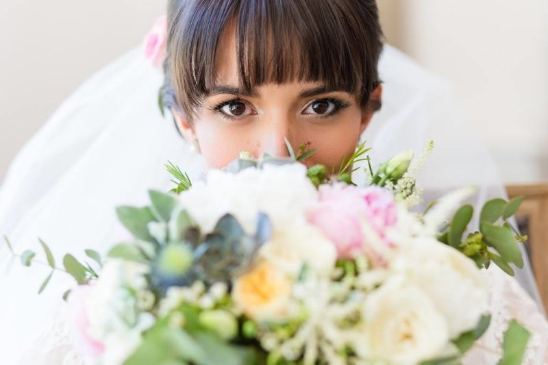 Coiffure mariage avec frange et maquillage glamour yeux marrons, MAC Cosmetics