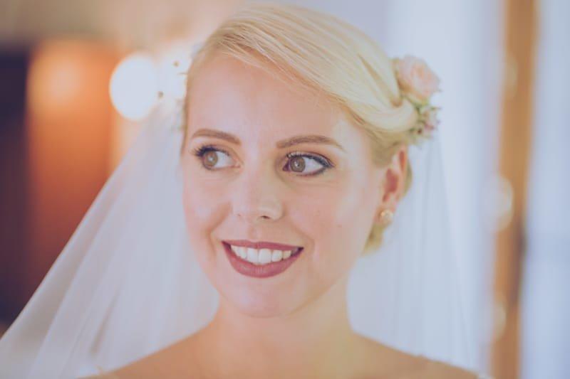 Maquillage de mariée naturel, glamour rose poudré pour blonde