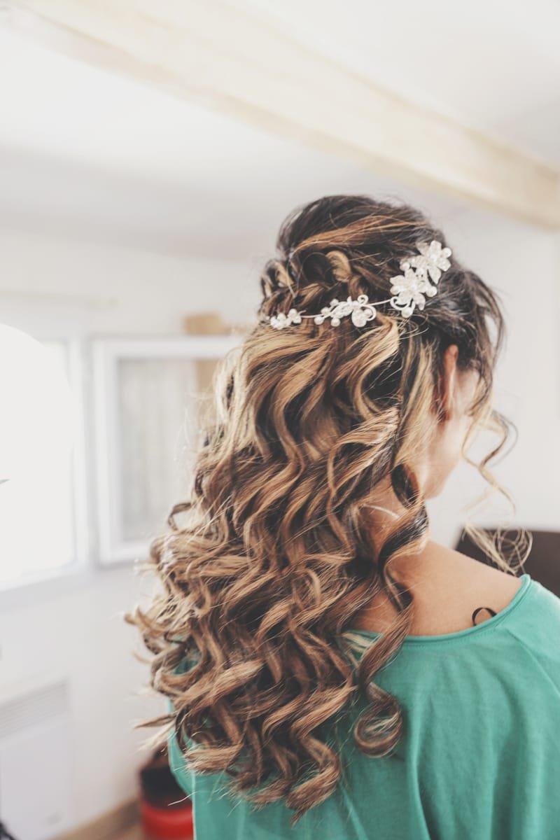 Coiffure mariage cheveux lâche et boucles naturelles avec couronne de fleurs
