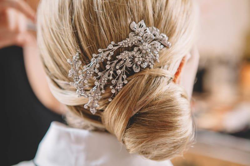 Chignon bas mariage de coté, orné d'un bijoux pour cheveux.