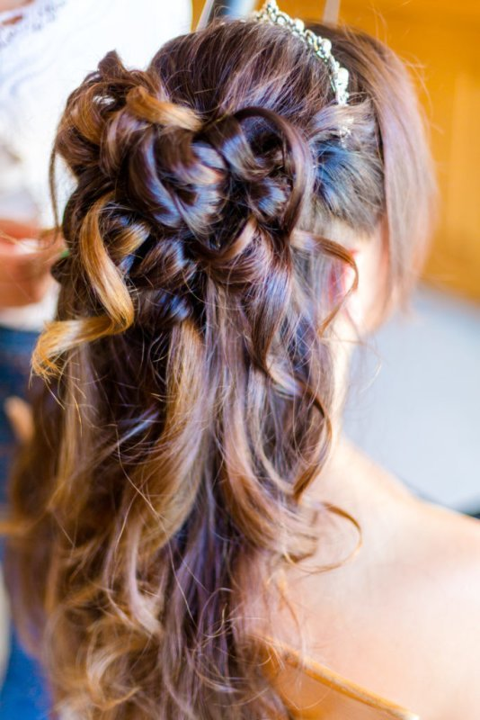 Chignon mariage wavy et attache demi queue