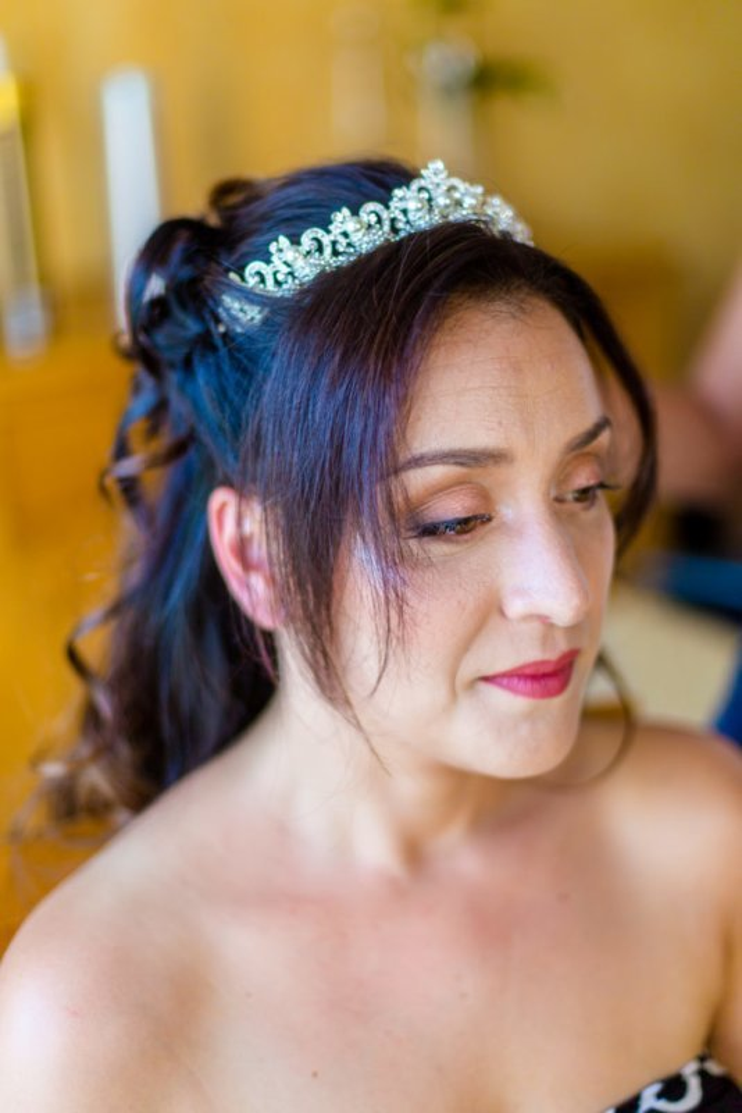 Coiffure et maquillage mariage princesse, wavy, demi-queue, diadème et bouche rose