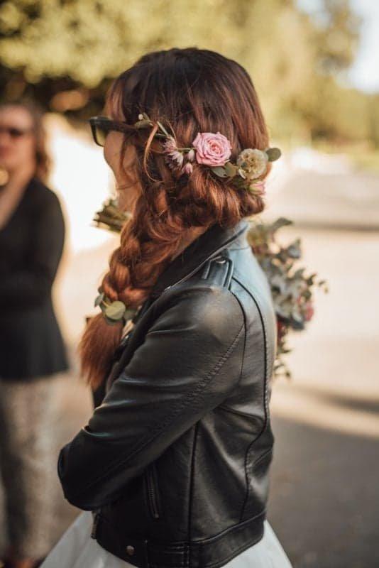 Coiffure mariage sur le coté, tresse et barrette de fleurs, style bohème rock