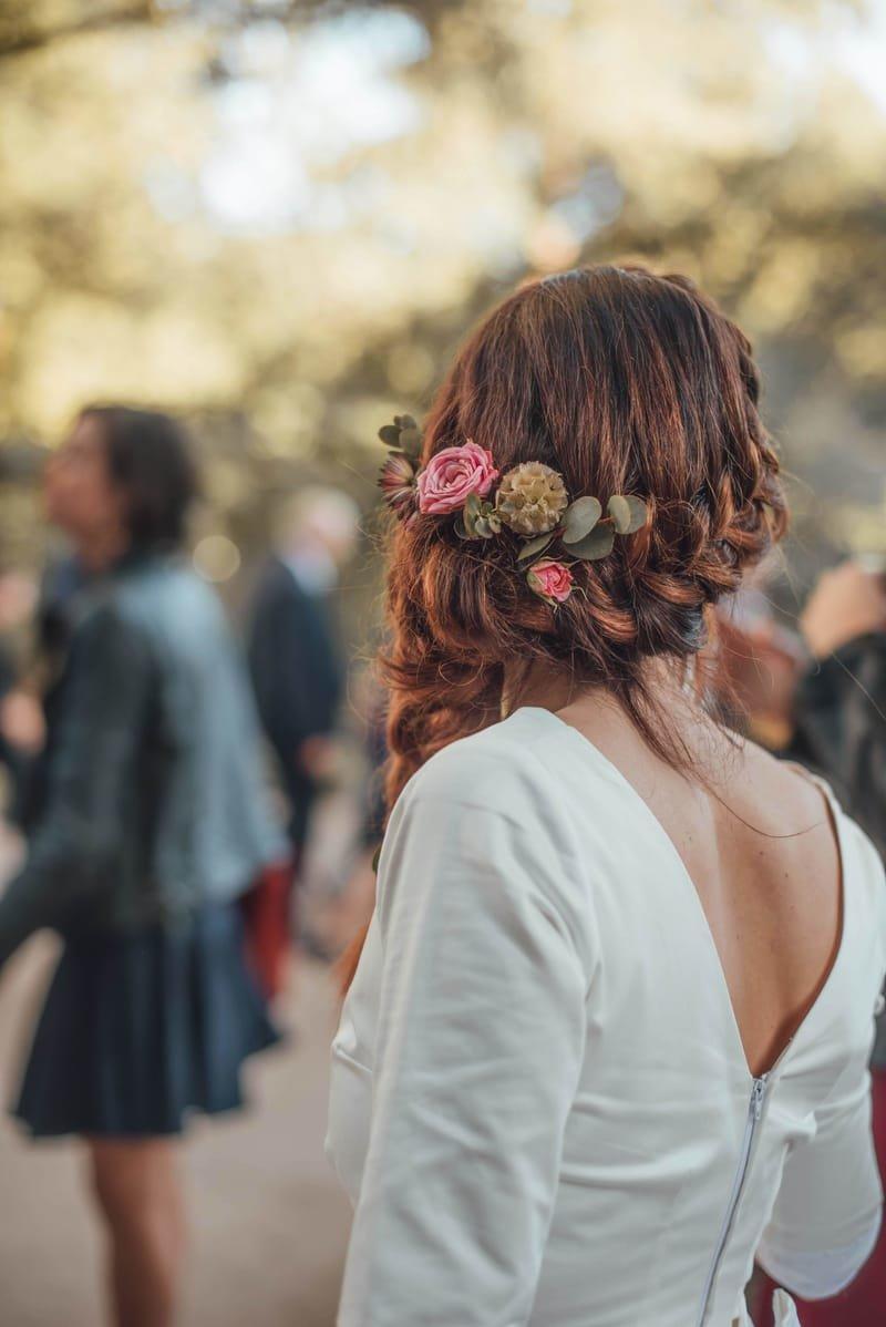 Coiffure mariage sur le coté, tresse et barrette de fleur style bohéme