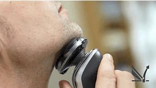 Solleva delicatamente i peli per un taglio più preciso
