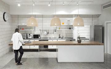 תאורה נכונה במטבח, המאירה את משטח העבודה. עיצוב: קרן אטלס דרור ואורלי פיק (צילום: אלעד שריג)