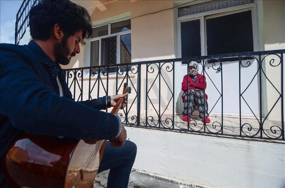 وسط محنة كورونا.. موسيقار تركي يزيل ضجر المسنّين
