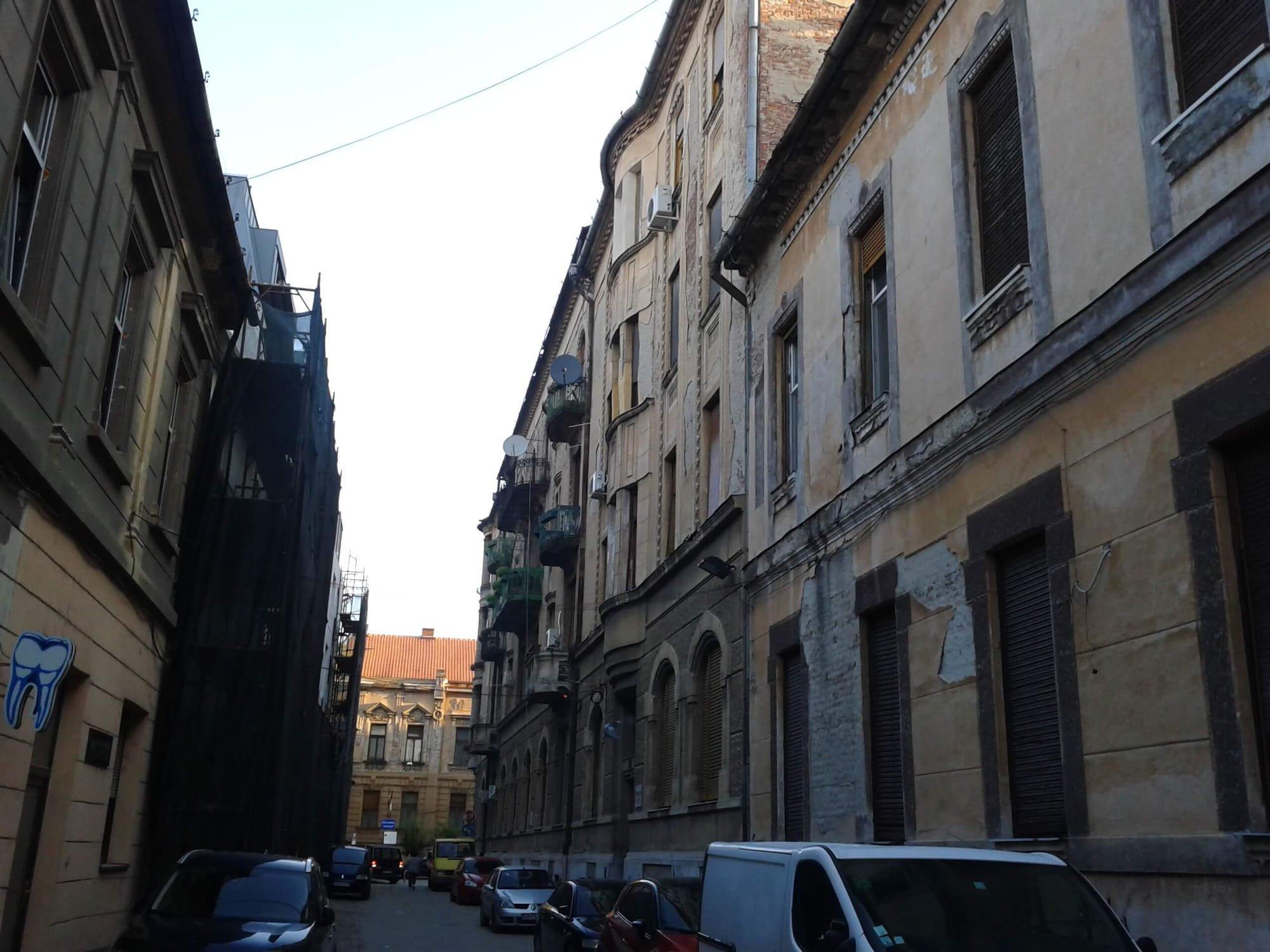 Strada Romanului (Scurta) cu Paltul Bohus pe partea dreapta