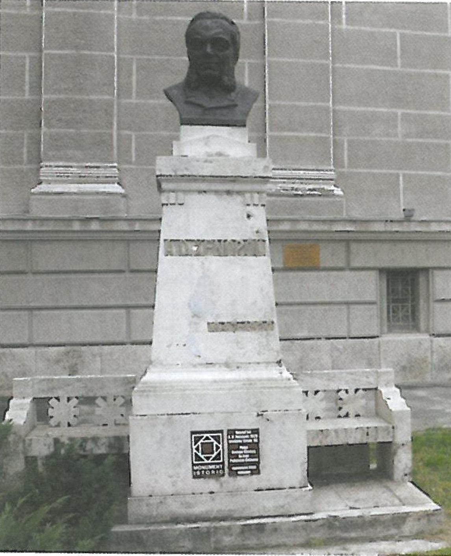 bustul lui Alexandru D. Xenopol in fata Palatului Cultural din Arad